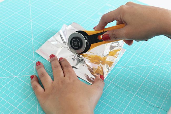 10 astuces de couture - affuter couteau rotatif papier d'alluminium